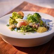 Poschiertes Wachtelei mit Kopfsalat und Saiblings Kaviar