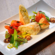 Gebackener Kohlrabi Strudel mit Frühlingszwiebeln und Shiitake Pilzen serviert von Timo Schröder, Küchenchef der Sonne Stuben Frankenberg.