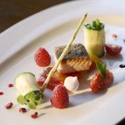 Gebratener Bio Lachs mit Paprika und gefüllten Zuchini Röllchen angerichtet von unserem Küchenchef der Sonne Stuben Timo Schröder.