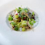 Auf einem Teller angerichtet die Variation vom nordhessischen Matjes von Chefkoch der Sonne Stuben - Timo Schröder.